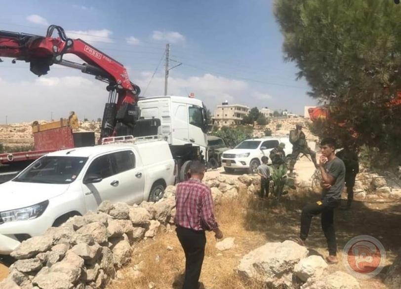 الاحتلال يمنع تحسين شبكة كهرباء في السموع ويستولي على معدات