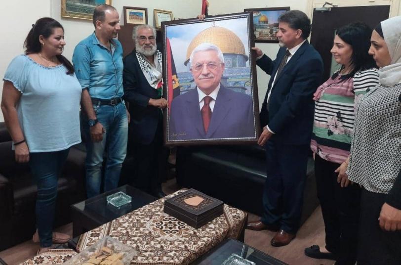 الفنان عيسى يعقوب يقدم لوحة من رسمه للرئيس عباس والشهيد ياسر عرفات