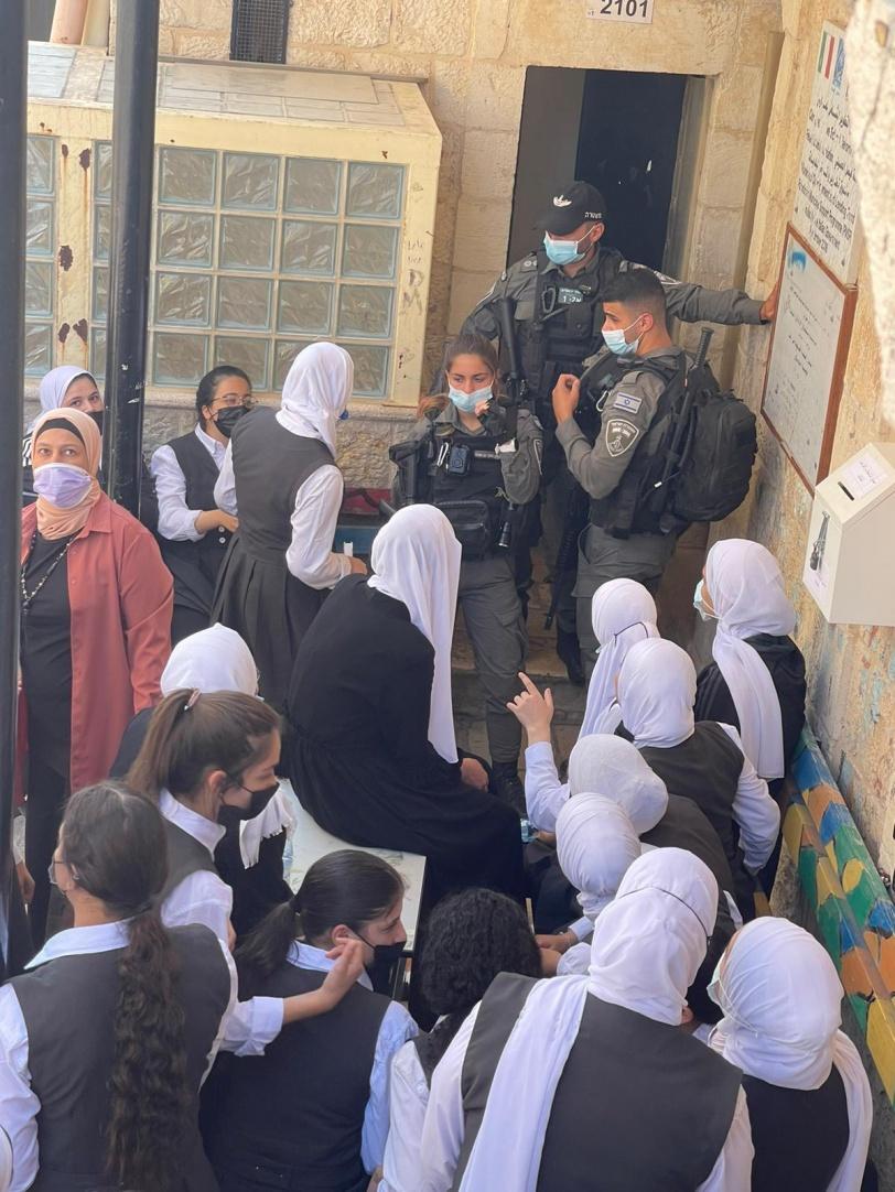 Video y fotos: Militares israelíes asaltan una escuela de niñas en Jerusalén  ocupada