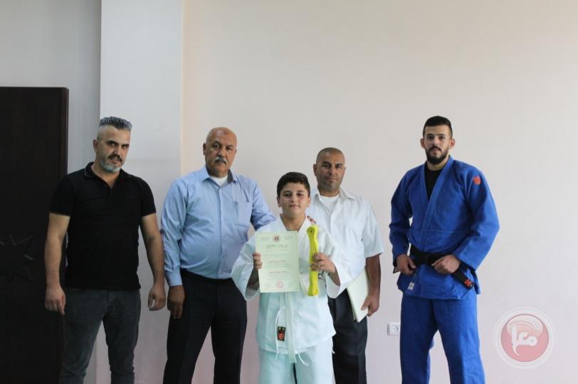 صالة بلدية الخليل الرياضية تُخرّج 45 شبلا في لعبة الجودو