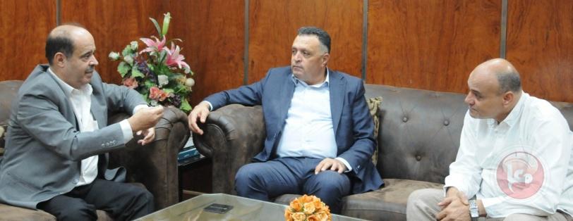 أمين عام اتحاد الصحفيين العرب يستقبل وفد فلسطين الإعلامي و يقدم درع الجريدة للمحمود