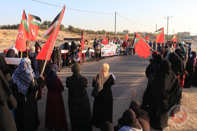 الشعبية في خان يونس تنظم وقفة تضامنية مع الأسرى في سجون الاحتلال