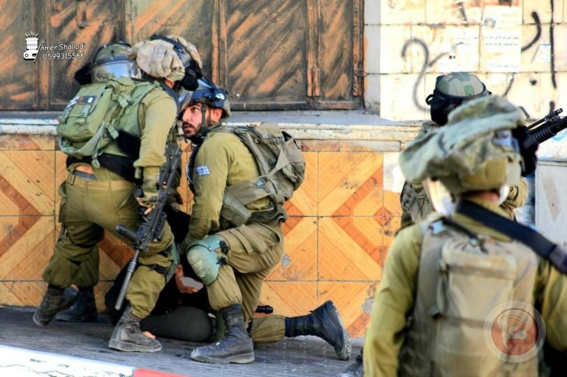 صور- الاحتلال يعتقل طفلا في الخليل