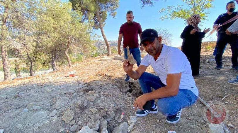 """صور- جماجم وعظام تظهر خلال عملية حفر الاحتلال مقبرة """"صرح الشهداء"""" في القدس"""