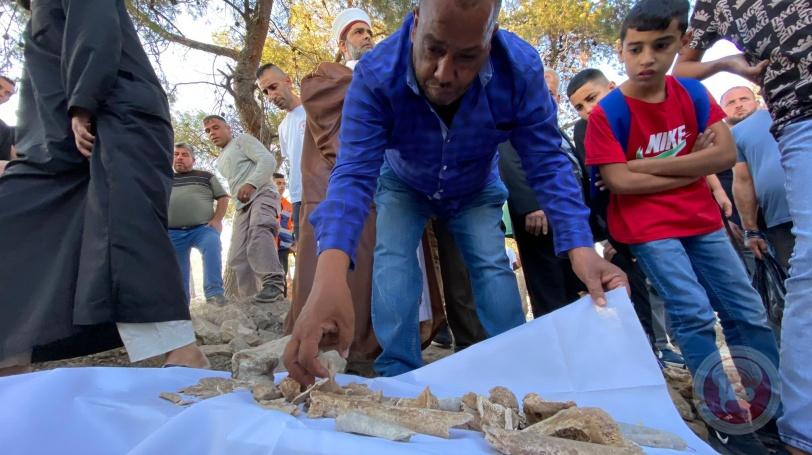 مقدسيون يعيدون دفن رفات موتى بعد أن جرفها الاحتلال