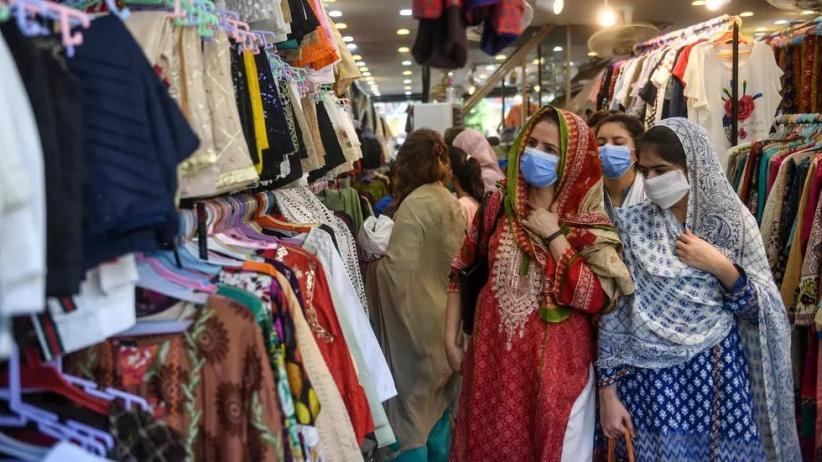 نساء يتسوقن في مدينة كراتشي الهندية قبيل حلول عيد الفطر السعيد