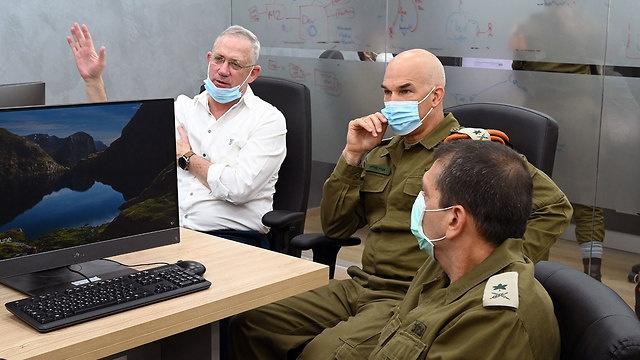 غانتس يجري اجتماعا أمنيا حول الأوضاع في القدس وغزة