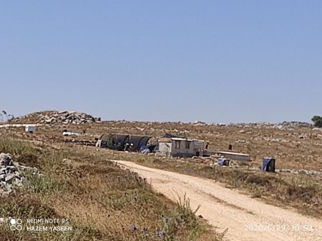 مستوطنون يضعون منازلا متنقلة قرب نابلس