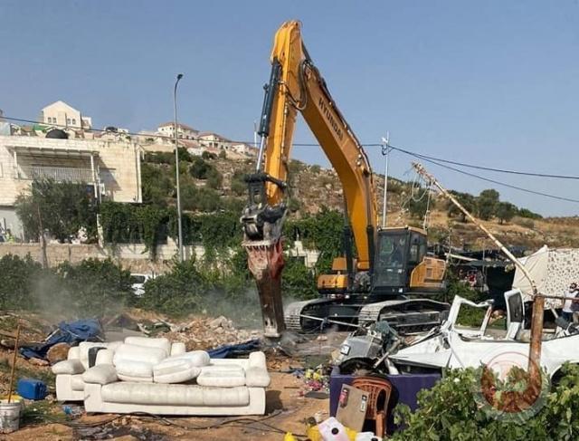 قوات الاحتلال تهدم مغسلة سيارات وتصادر معدات في بلدة الخضر