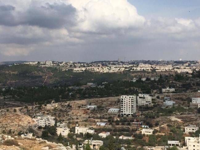 الاحتلال يخطر منزلا بوقف البناء بقرية الولجة ويستدعي مالكه