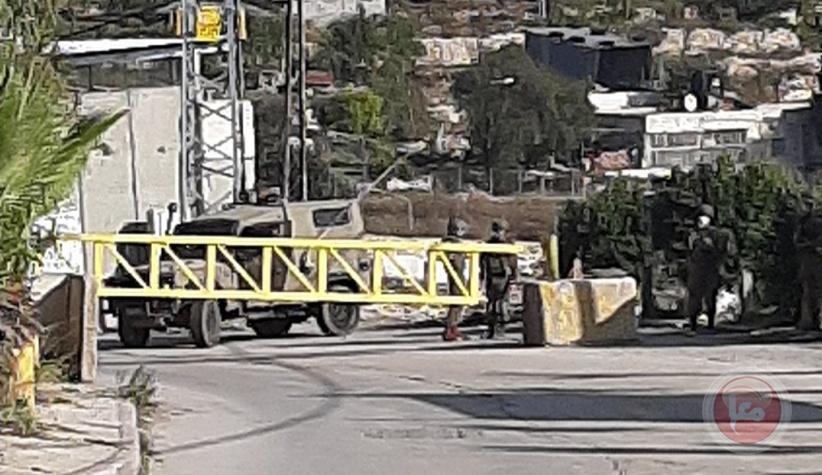 قوات الاحتلال تعتقل شابين على مدخل بيت امر