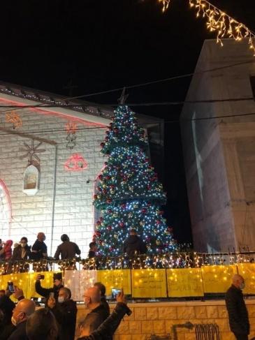 سخنين: إضاءة شجرة الميلاد مجددًا بعد احراقها من قبل مجهولين