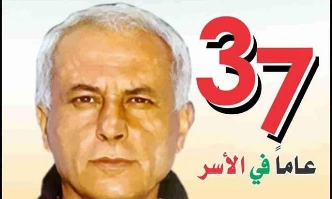 عباس زكي يهاتف والدة الاسير كريم يونس