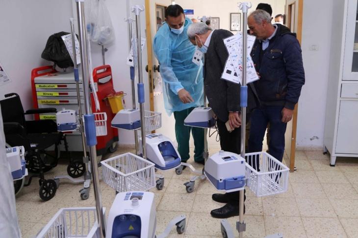 قلقيلية : المحافظ يسلم 10 اجهزة تنفس اصطناعي لمشفى الشهيد عمر القاسم