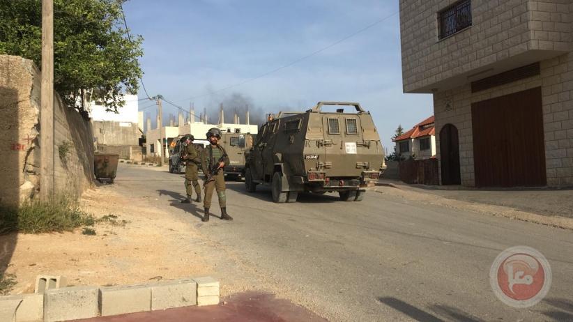 الإحتلال يصادر كاميرات ويعتقل شابين خلال اقتحام عقربا