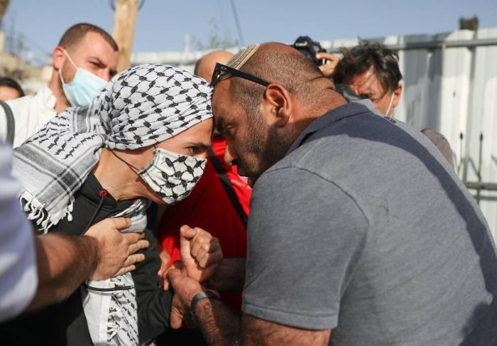 فلسطينية تتحدى مستوطنا في حي الشيخ جراح بالقدس