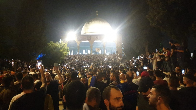 رغم اجراءات الاحتلال: الآف المواطنين في الأقصى لإحياء ليلة القدر