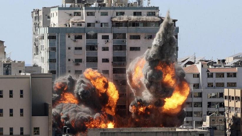 شاهد.. تدمير برج الجلاء وسط مدينة غزة