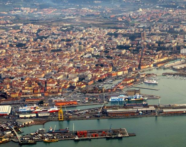 عمال ميناء بإيطاليا يرفضون تحميل أسلحة على متن سفينة متوجهة لإسرائيل
