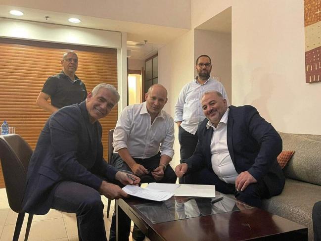 زعيم المعارضة يائير لابيد ينجح في تشكيل ائتلاف للإطاحة بنتنياهو