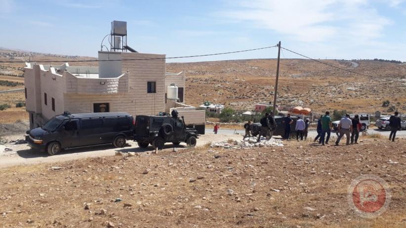 شاهد- الاحتلال يهدم غرفة زراعية وحظيرة أغنام جنوب الخليل