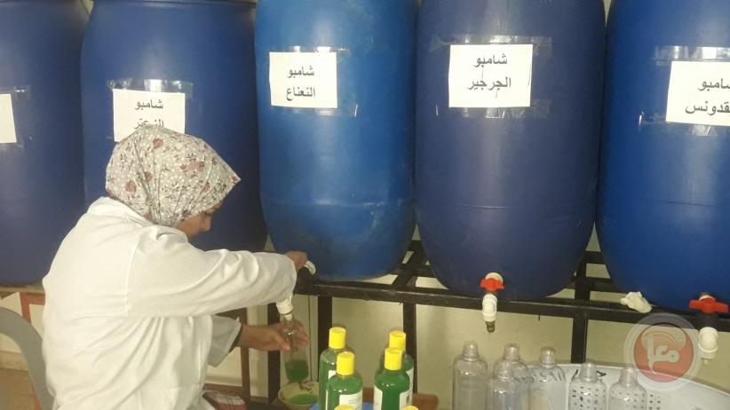 نساء فلسطينيات يتحدين البطالة باستخراج الزيوت