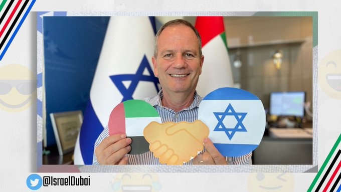 """السفارة الإسرائيلية في دبي تنشر """"إيموجي"""" التطبيع مع الإمارات"""