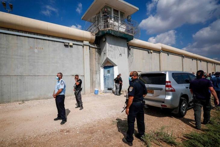 حشدت قوات.. مصلحة سجون الاحتلال تستعد لإخلاء أقسام بسجن جلبوع
