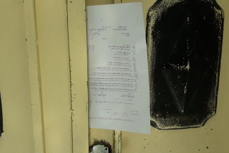 الاحتلال يخطر بهدم 6 محلات ويصادر جرافة جنوب جنين