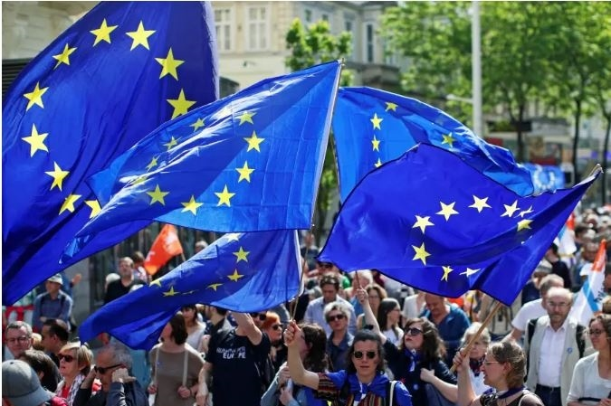 الاتحاد الأوروبي يوضح حقيقة وقف المساعدات للسلطة
