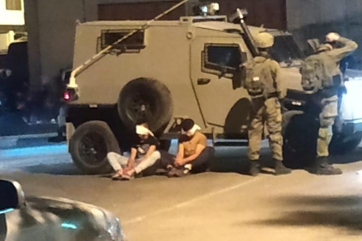 الاحتلال يداهم منطقة التحرير ويعتقل طفلين وشاب بالخليل
