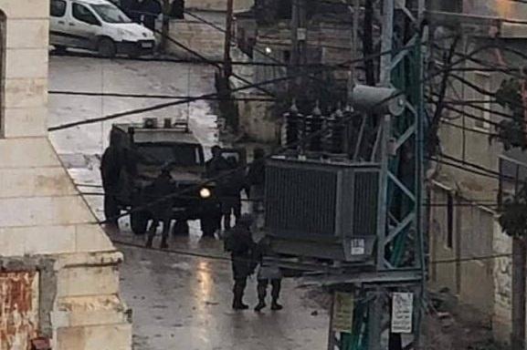 الاحتلال يعتقل شابا من مخيم العروب بعد الاعتداء عليه